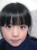 大眼娃娃皮皮蓁(不定期增加):今天是媽咪到學校教我們化妝的日子哦.看,我很美吧!