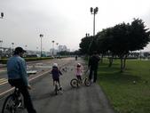 手機照片(不定期更新):去騎腳踏車時,一群鴿子擋住了 我們的去路,爸比說趕緊拍下來