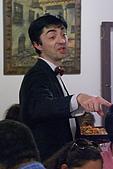 葡萄牙、西班牙之旅 8:08-131塞哥維亞(Segovia)-餐廳-像豆豆先生侍者.jpg