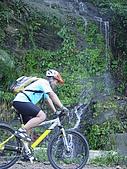 北大武山登山口:穿越瀑布