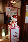 07.11.14.北海道.小樽:一樓是禮品店,門口擺著這隻會講話的kitty
