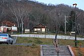 07.11.13.北海道.支笏湖:小木屋,有些樹上依稀還可以看到一點紅色的葉子還是花