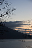 07.11.13.北海道.支笏湖:夕陽西下,發現有一抹明月在天上
