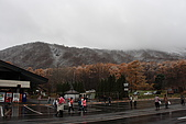 07.11.15.北海道.昭和新山:白紅相映的遠方樹林