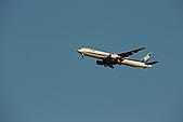 07.11.13.北海道.天鵝湖:剛好天上有飛機經過,打飛機