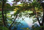 藏王健行:長老湖位於不忘山南麓,湖面隱約可見有人划船