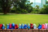 同學 - 四月春草綠:背包排得很整齊,小朋友一定很可愛。 IMG_6532---.jpg