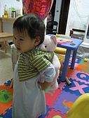1Y6M:揹阿熊~(媽,不是這樣的啦!我要優雅地揹)
