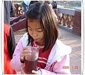 2009 出去走走:2009.01.28-31 安平古堡內妹喝飲料 2.JPG