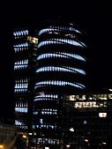20070302奧地利-維也納市區:燈光舞動的大樓1.jpg
